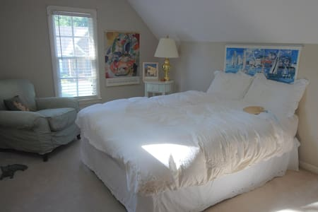 You will have a private suite in the upstairs with private bath, study and private bedroom. Home is conveniently located near Velodrome and Winthrop University and 20 minutes from Charlotte. Breakfast for an extra fee or use kitchen. Cat in the home.