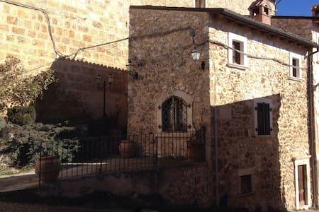 A wi-fi stay in medieval age - Castelvecchio Calvisio - Haus