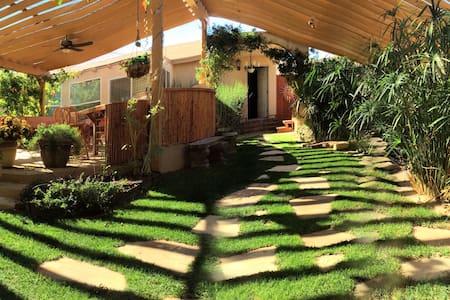 Off Strip Guest Ranch/Desert Oasis - Las Vegas - Guesthouse