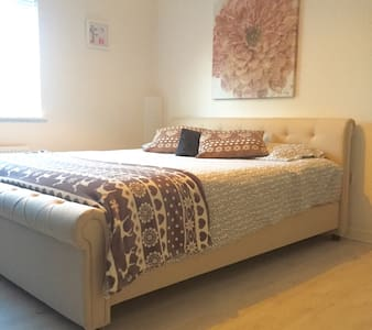 Lovely SuperKingsize bed +ensuite - Swindon - Huoneisto