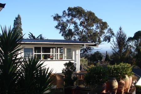 views 2 x double bed rooms on te mata peak - Rumah