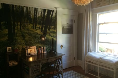 Fun Room /Trundle Bed Available - Burlingame - House