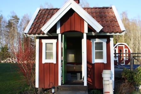 Small Garden Cottage - Hut