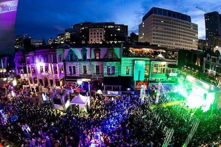 Amazing Downtown Crescent Montreal Best Location - Montréal - Apartment