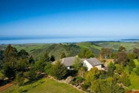 Hill Top Estate With Views Of The Central Coast! - Talo