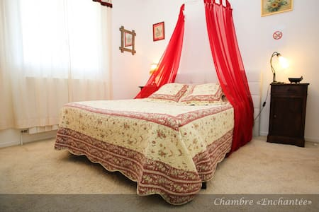 Chambre ENCHANTEE - lédenon - Bed & Breakfast