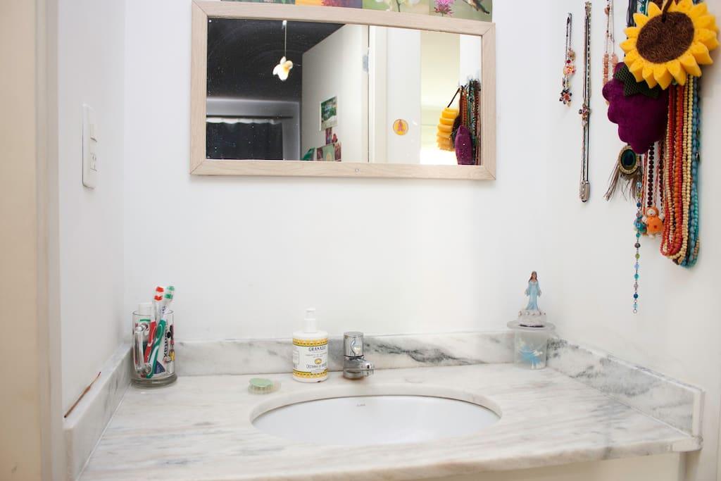 Lavabo - dentes escovado, hálito fresco e mãos limpas.