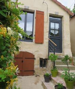Ravissante petite maison. Calme en centre ville - Mamers - Townhouse