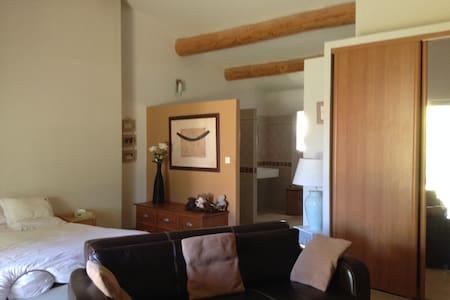 Grande chambre avec salon très lumineuse - Gästehaus
