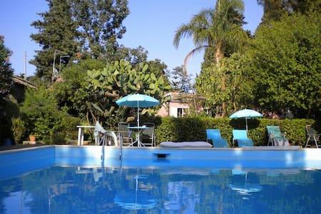 casa in villa con grande piscina - Viagrande - Villa