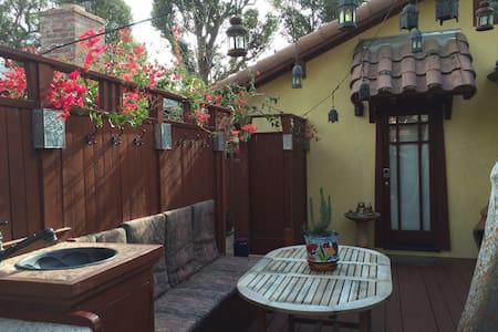 Casa Redwood, Private Suite + Deck - House