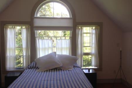 Aria B&B Guest Suite - Queen Bed