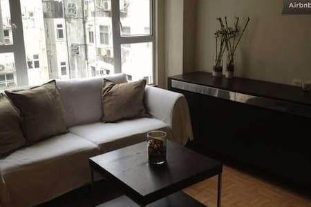Clean, nice and well maintained studio, located in the Heart of Sheung Wan, perfect for a couple visiting Hong-Kong (many bars, restaurants, night clubs, 5 minutes from escalators). Well lighted, fully furnished: kitchen, washing machine, bathroom.