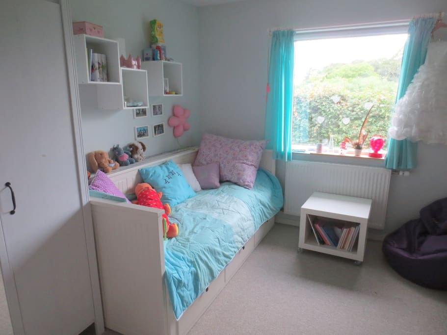 Bedroom with a single bed that can be turned into a full sized double bed