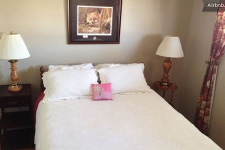 Elegant Roses Room on upper level - Standard - Bed & Breakfast