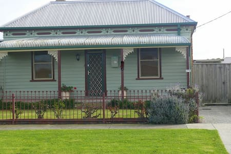 VICTORIAN COTTAGE GEELONG (120 YEARS OLD) - House