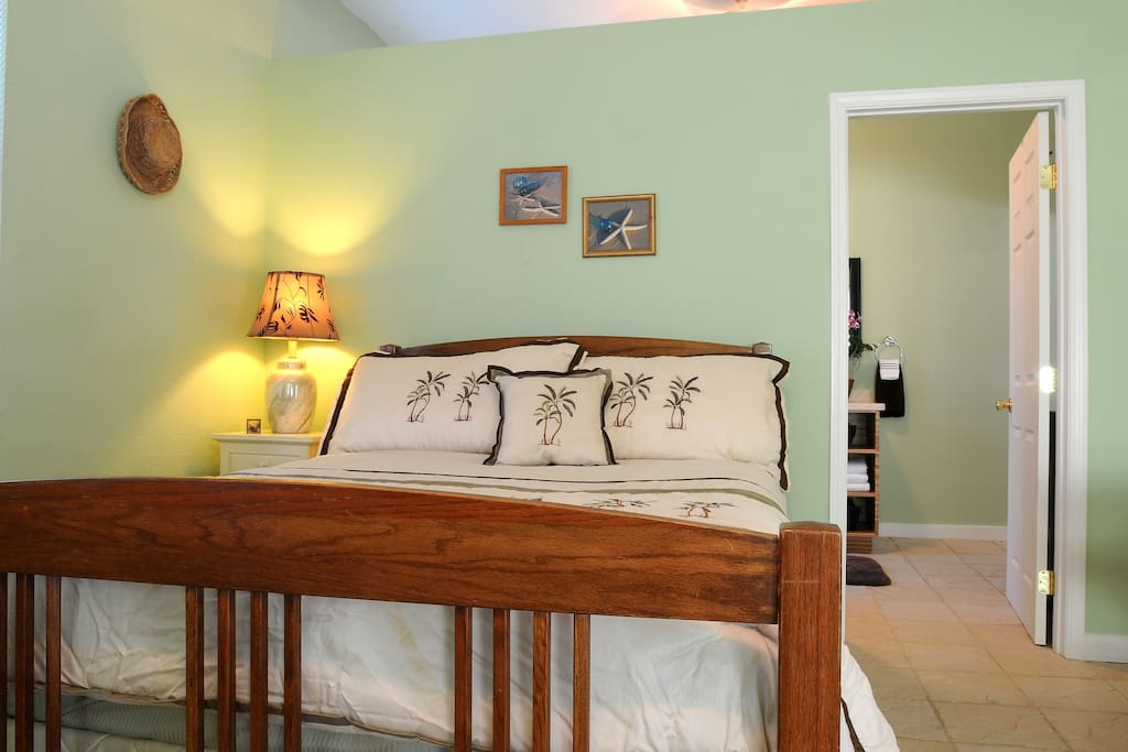 Bright Clean Island style studio with comfortable queen size bed