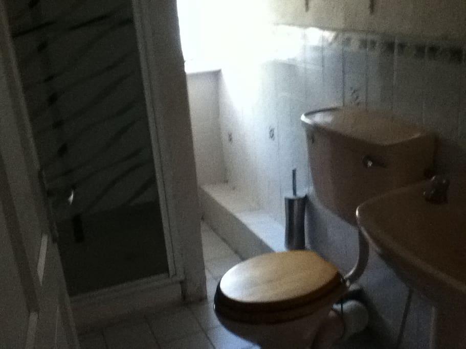 Badezimmer mit Dusche - Bathroom with Shower