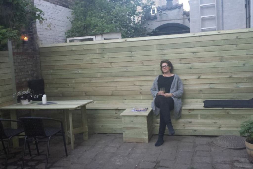The private city yard. Suitable for eating outside in the afternoon/evening