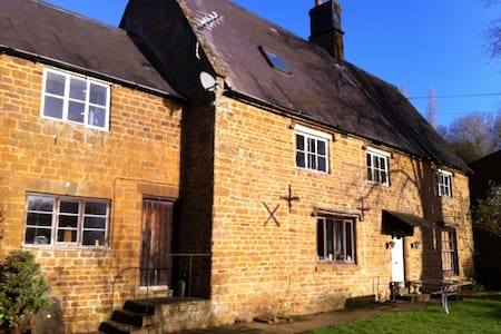 Double bedrooms in listed farmhouse - Oxfordshire