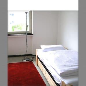 ruhige Gästezimmer nahe ICE-Bahnhof - Huis