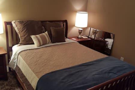 Comfy bed in quiet neighborhood - Huis