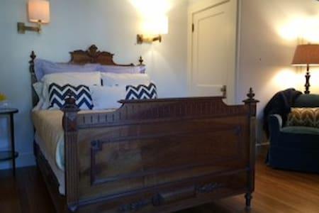 Private suite: two bedrooms, bath - Casa
