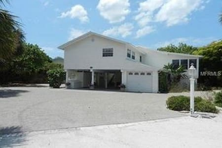 Across from beach, walk to town, gamesroom - Boca Grande - House