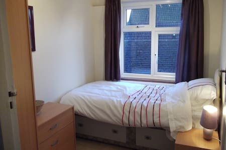 Warm single room  - Byfleet - Bed & Breakfast