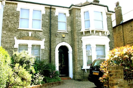 Lovely studio apartment sleeps 2 - London - House