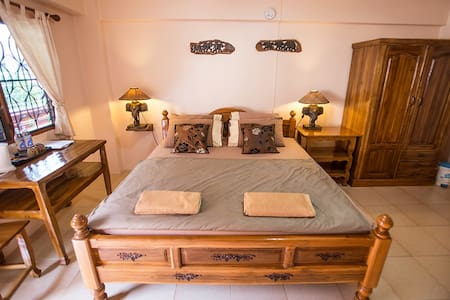 Charming Room with a big bed @ Promtong Mansion - Bed & Breakfast