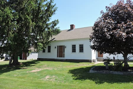 Highland House - 1820's cape on 360 acre farm - Moosup - House