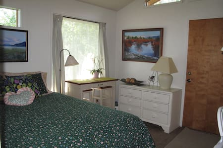 Stay in my old art studio, remodeled to sleep 2 in a Queen bed, PRIVATE ENTRANCE and private bathroom.  Located in downtown.  A 'fridge, microwave, toaster and coffee pot make it easy to fix a light snack.  Four miles to ski area.  Clean and quiet.