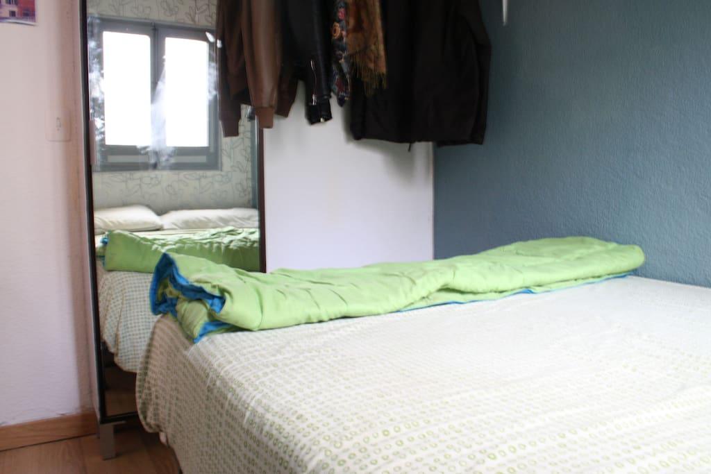 La habitación cuenta con cama doble, y lugar para que colguéis vuestra ropa.