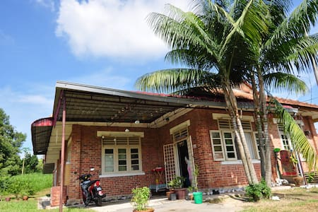 Rejuvenate In The Village - Batu Arang - Bed & Breakfast