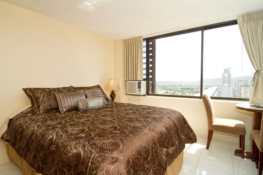 Queen size bed, with dinning table and flat screen TV. Air conditioned!