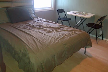 Bright Double Room, Great Location - Halifax - Bed & Breakfast