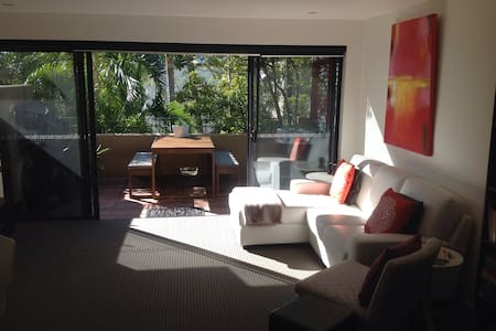 Minutes from Brisbane's favourite dining area Southbank and all the cool cafés of West End, this clean bright apartment is a tropical delight near the heart of the city.