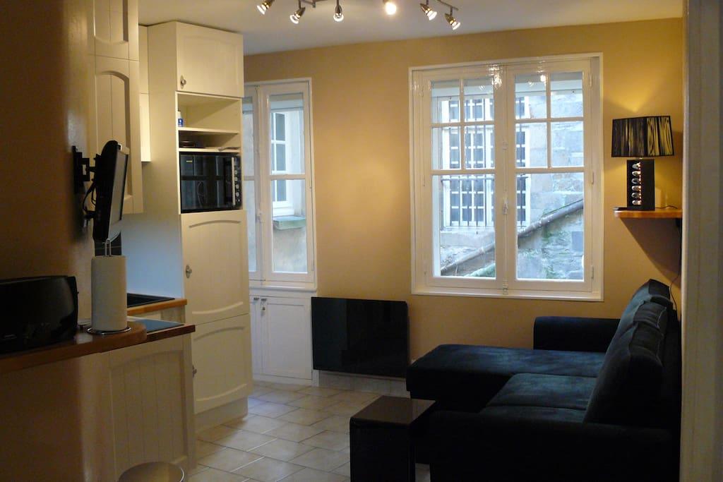 La cuisine à gauche et le canapé-lit à droite