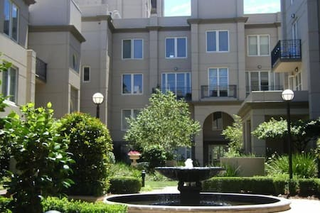 Modern City Apartment near MCG