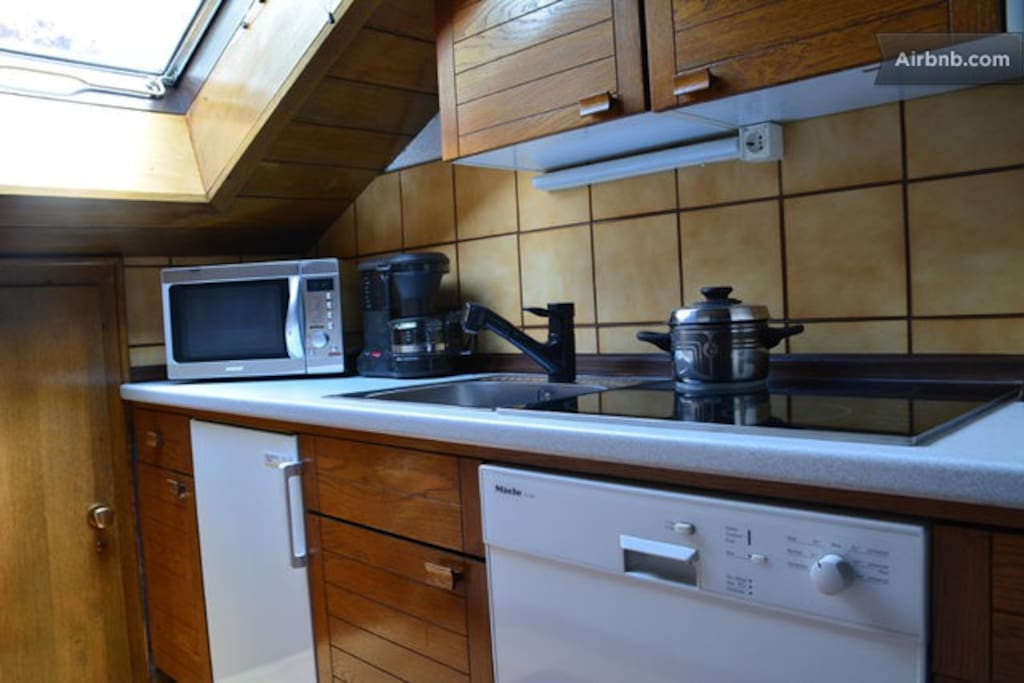 You have the possibility to rent the kitchen for 10€/day.