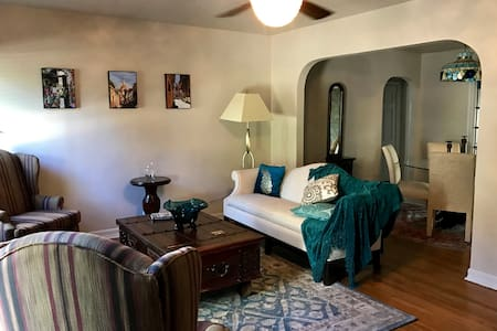 Charming Casita w/ Lake View Near Downtown - Casa