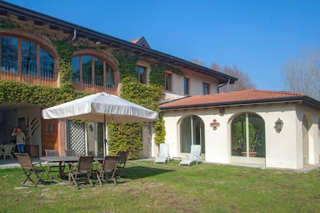 Quadruple apartment in villa - Cavallasca - Bed & Breakfast