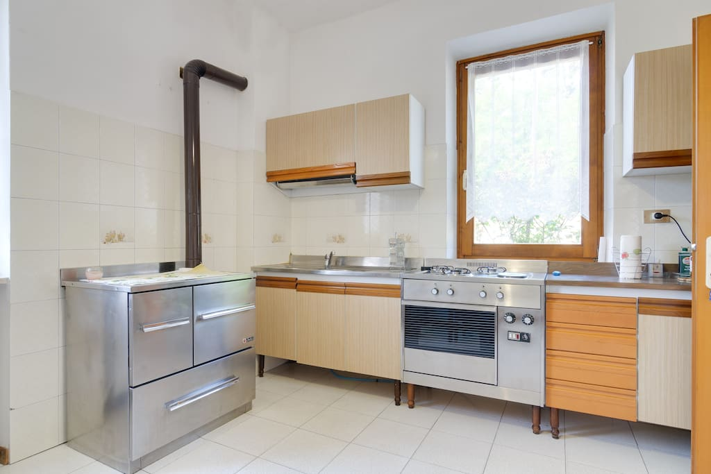 La cucina con focolare a legna
