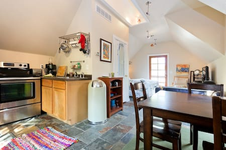 Newly Remodeled Loft in the Heart of the Northend - Apartamento