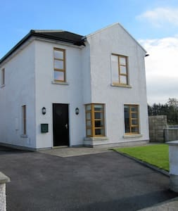 A quite detached home in a Cul de Sac 10 minute walk to the town centre of Ballina, Europe premier salmon fishing river. Located along the Atlantic Way it is an ideal location to stop off and enjoy what the locality has to offer.