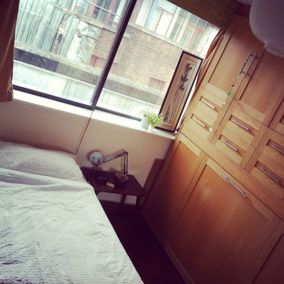 A very comfortable double room. Bright and spacious with large windows, mirrors and lock.
