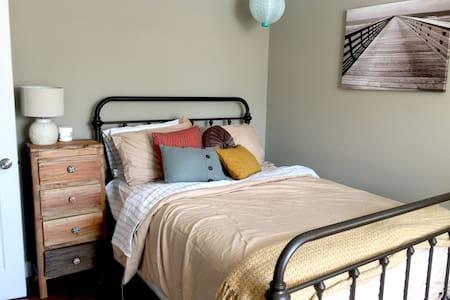 Cozy Apartment, Great Neighborhood - Lakás