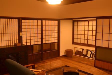 有田駅から徒歩3分のリノベーション町家 1F/カフェ&器の店 2F/宿 - Loft