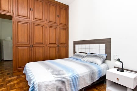 One bedroom apartment / room for rent in Copacabana, few steps from the beach and next to the tunnel that leads to the waterfront beaches of Ipanema and Leblon and Rio Sul Shopping at The property has Wi-fi, cable TV and all accessories to leaseholde